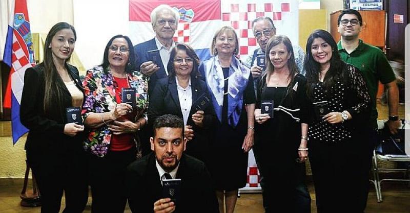 PARAGVAJSKI HRVATI DOBILI HRVATSKE PUTOVNICE Zaželjeli dobrodošlicu novoj veleposlanici