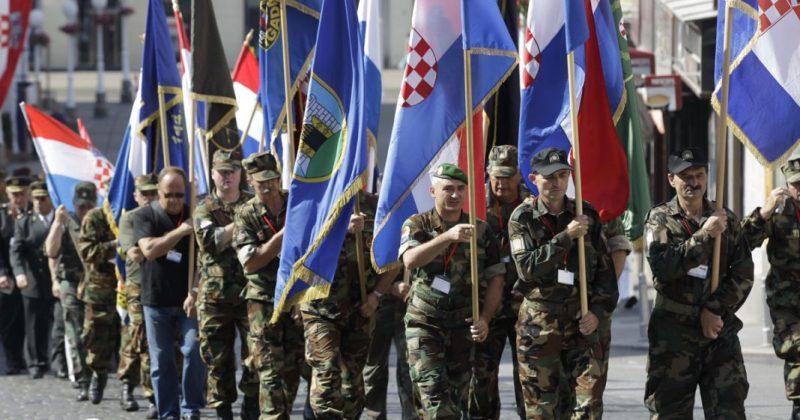 HRVATSKA VOJSKA 'S ponosom čestitamo 30 godina hrvatske državnosti! Naša je čast služiti svojoj Domovini'