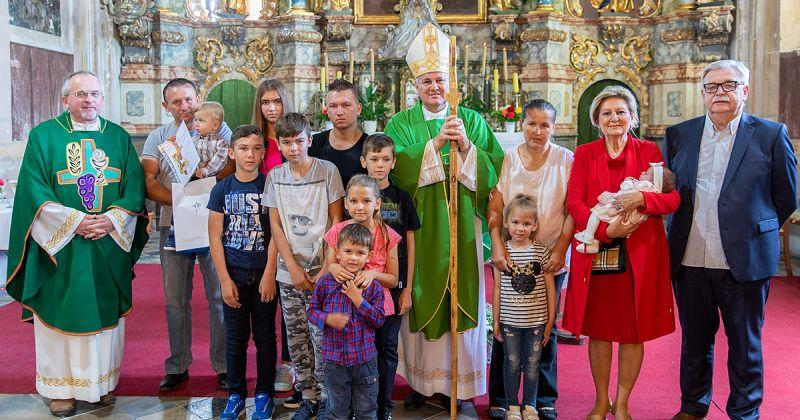 OVO JE PRIZOR KOJI SE DANAS RIJETKO VIĐA! Biskup krstio deseto dijete obitelji Horvat