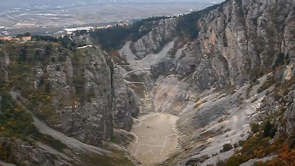 (VIDEO)  Nogometna utakmica na dnu presušenog Modrog jezera, to mogu samo Imoćani