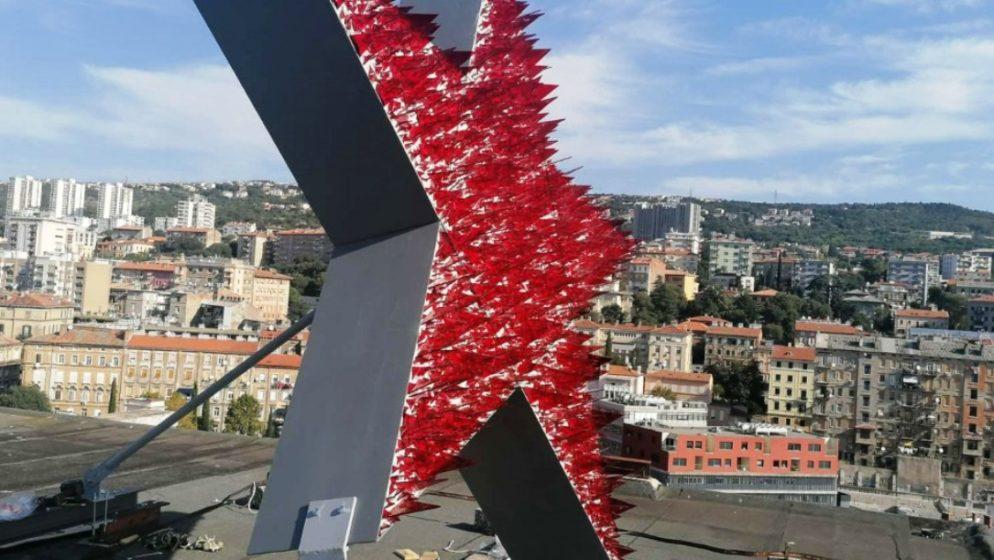 Postavljena umjetnička instalacija 'Spomenik crvenoj Rijeci- samoobrambeni spomenik'