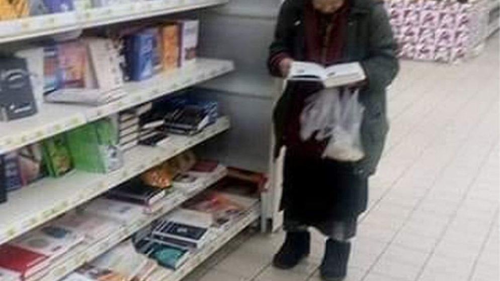 (FOTO) Ova beskućnica se svaki dan satima zadržava u trgovini čitajući knjige. Upravitelj je to primijetio pa napravio ovo…