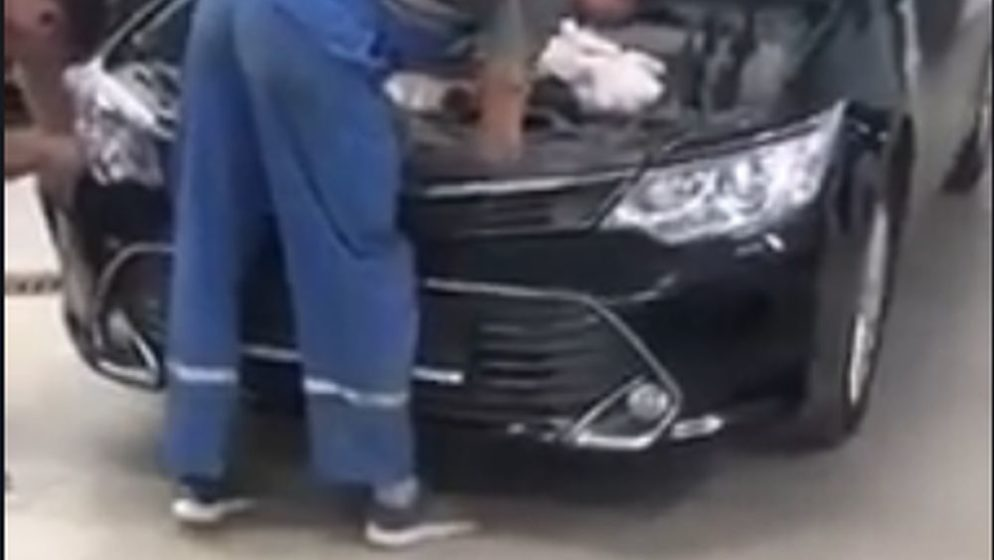 (VIDEO) Što se sve može pronaći u motoru automobila?
