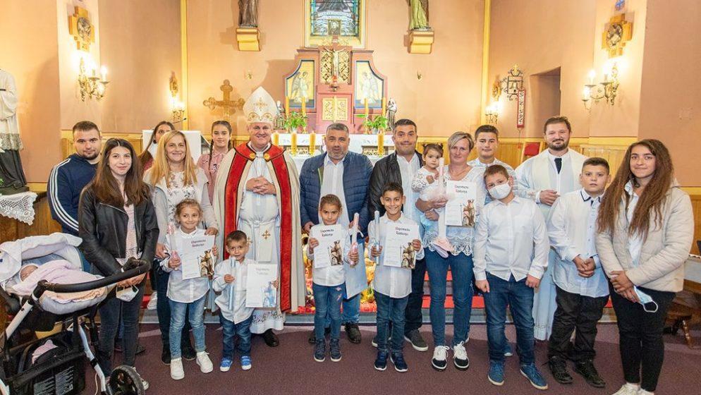 Ovo se rijetko viđa, sisački biskup krstio peto, šesto, sedmo i osmo dijete obitelji!