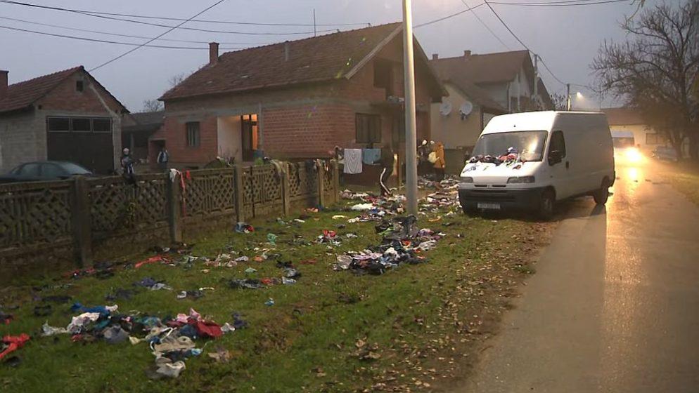 (FOTO) Susjedi im pretvorili kuću u smetlište, a oni se vesele!