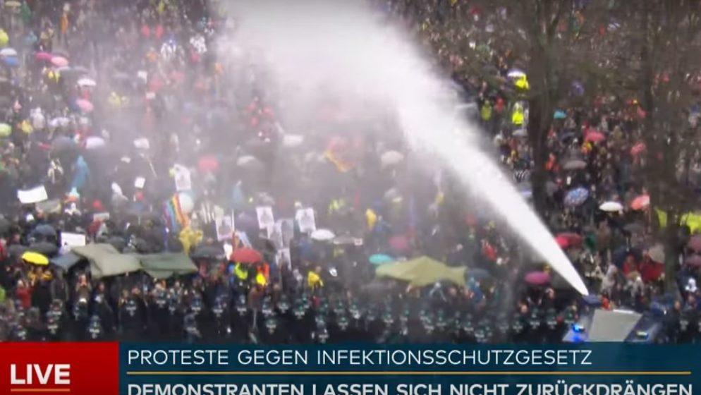 BERLIN PROTIV MJERA Sedam tisuća prosvjednika okupiralo ulice, policija uhitila 365 ljudi!