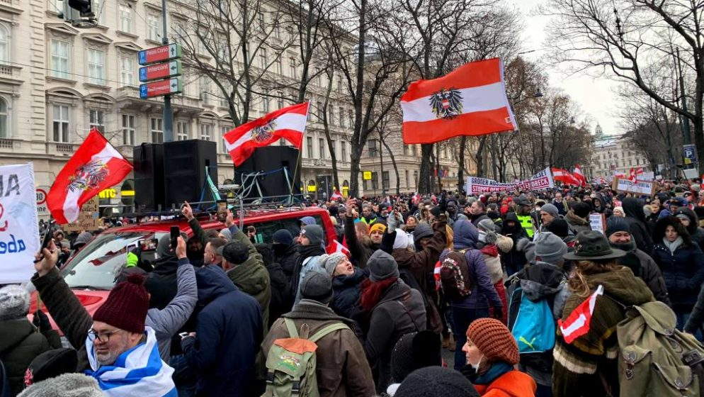 Održan veliki prosvjed protivnika epidemioloških mjera u Beču; tražili ostavku vlade