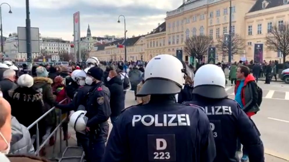 UNATOČ ZABRANI Oko 5000 ljudi, među kojima i brojni neonacisti, IZAŠLI na prosvjede u Beču