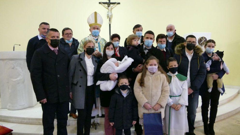 Nadbiskup Barišić krstio peto dijete u obitelji Ercegović