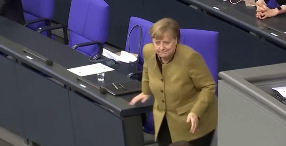 (VIDEO) Merkel zaboravila masku, pogledajte paničnu reakciju