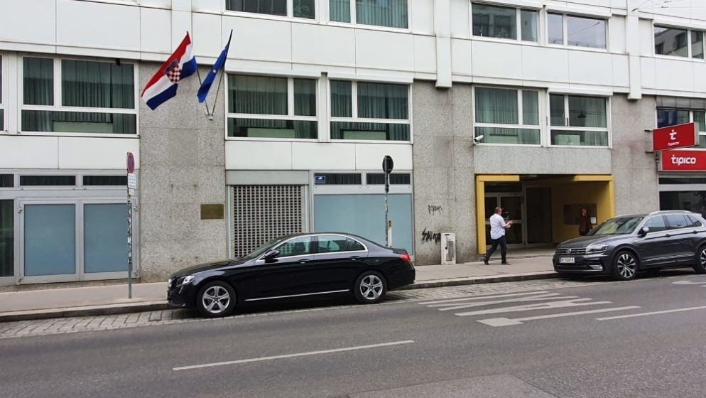 (FOTO) Ogromna gužva pred Konzulatom RH u Beču. Trudnice satima čakale red