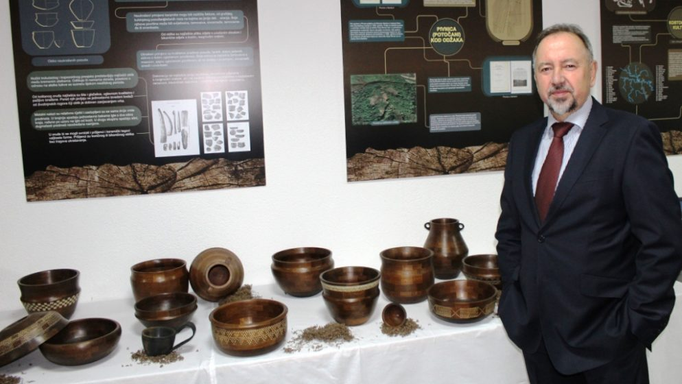 Posude od drveta abonosa iz 3.250. godine prije Krista izložene u Bosanskom Šamcu