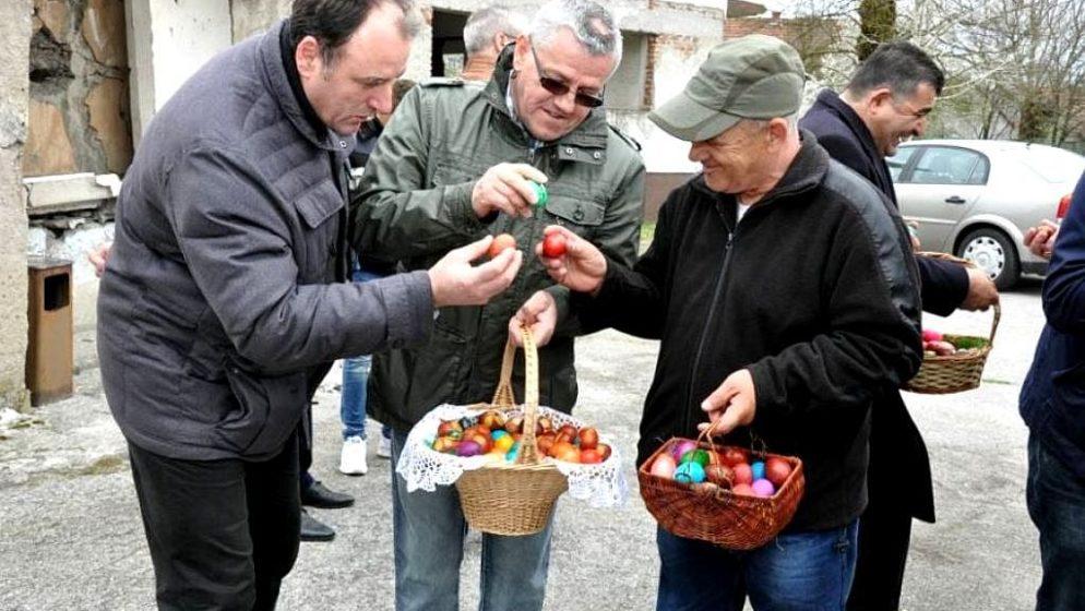 USKRŠNJI OBIČAJI HRVATA U BOSNI I HERCEGOVINI - U crkvama se posvećuju svježi sir, pogača, suha kobasica, mladi luk i kuhana jaja bez ljuske