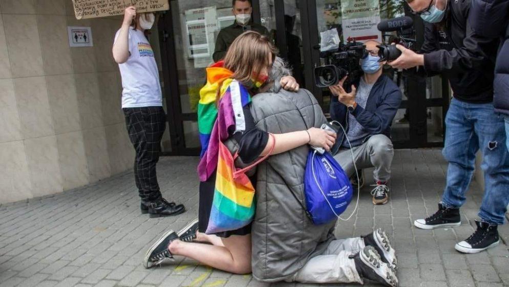 (VIDEO) Zbog ovog što je baka učinila djevojka s LGBT zastavom kleknula je, zagrlila baku i prekrižila se