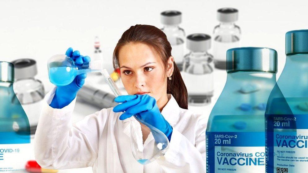 Radnica u njemačkom centru za cijepljenje punila injekcije fiziološkom otopinom