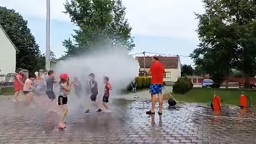 (VIDEO) Vatrogasci su tu i da pomognu kad je vruće