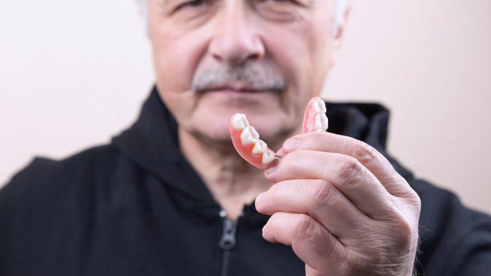 Može li se nedostatak zubi u starijoj životnoj dobi uspješno riješiti?