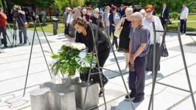 Kod spomenika 'Prekinuto djetinjstvo' u Slavonskom Brodu održan susret sjećanja na poginulu djecu u Domovinskom ratu