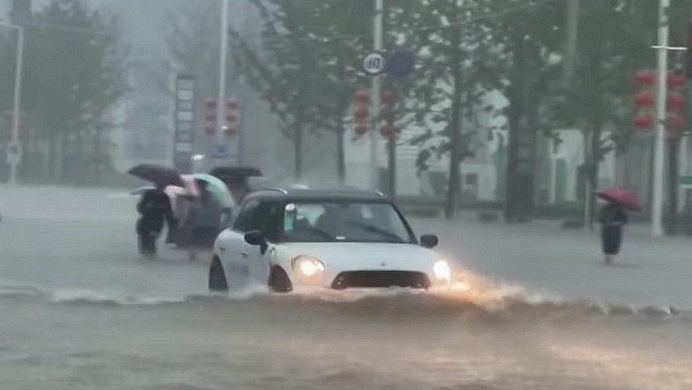 U Kini katastrofalne poplave: Umrlo 12 osoba, 100.000 ljudi evakuirano