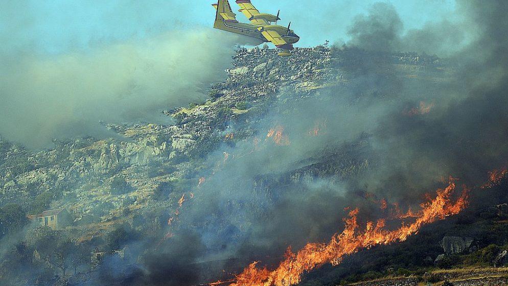 Požar u Segetu Gornjem gasi stotinjak vatrogasaca i desetci vojnika!