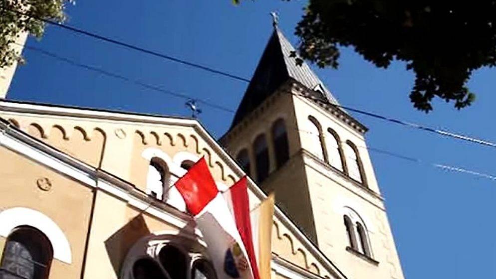 Nakon nasilnog skidanja, u dvorištu katoličke crkve u Varešu ponovno vijori hrvatska zastava