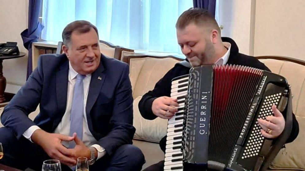 Dodik u Predsjedništvo BiH doveo harmonikaša s kojim je uoči sjednice pjevao i pio
