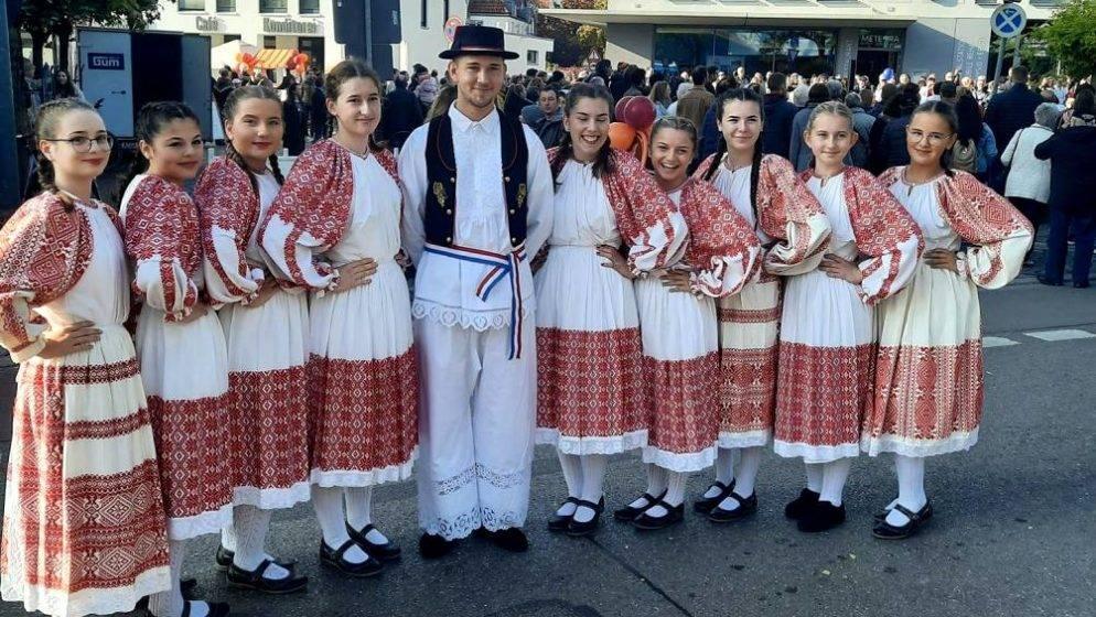 Mladi Hrvatske katoličke misije Augsburg  nastupili na župnom sajmu u Lechhausenu
