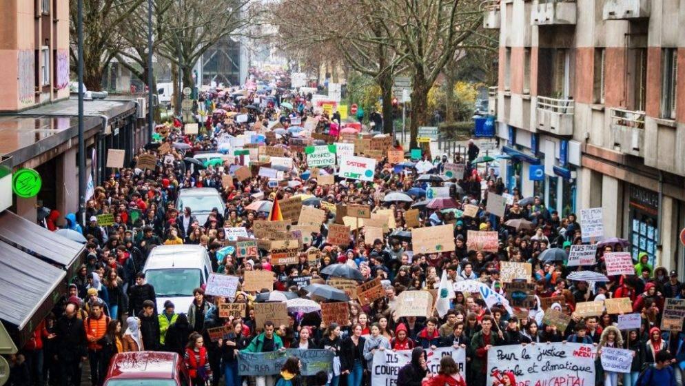 U Francuskoj i Švicarskoj deseci tisuća ljudi prosvjedovali protiv covid propusnice