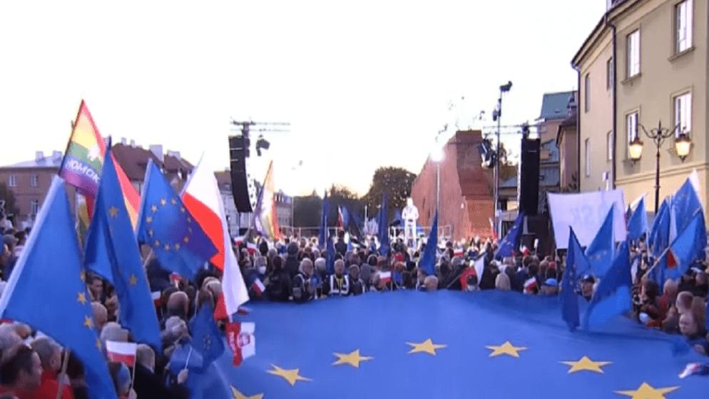 (VIDEO) Brane članstvo u EU: Deseci tisuća Poljaka prosvjedovali protiv 'Polexita'